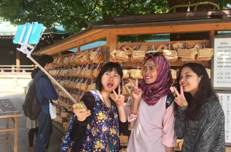 Why do Japanese teens take so many selfies? – Tell me, Japanese people! Vol.4